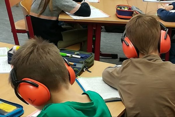 Kopfhörer für die Kinder der Neckarschule
